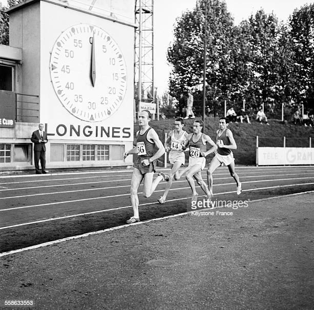 Voici le magnifique exploit de Michel Bernard au Stade Charlety qui termine en brillant vainqueur son 10 000 metres passant Alain Mimoun qui a encore...