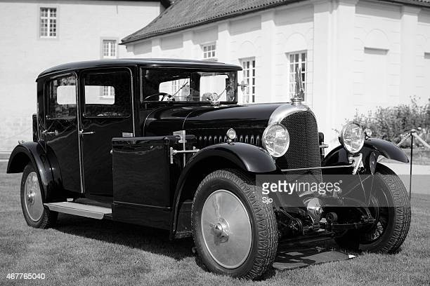 voisin c11 chartreuse classic car in black and white - 1920 car stock photos and pictures