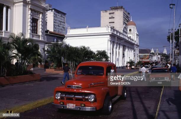 Voiture ancienne dans une rue de Valencia Venezuela