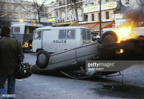Voiture en feu après un accident à Paris le 23 mars 1979 France