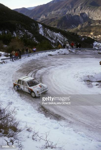 Voiture sur une route de montagne enneigee durant le rallye de Monte Carlo en Janvier 1985 en France