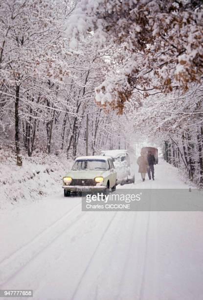 Voitures coincées sur une route enneigée en France