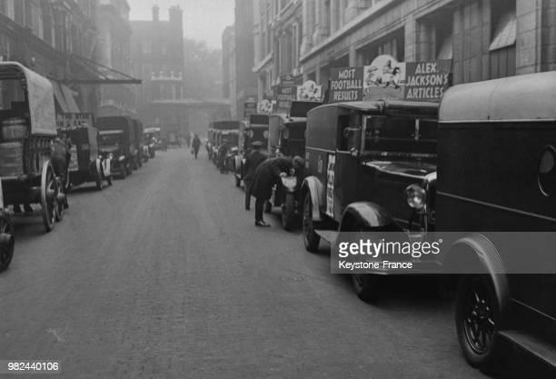 Voitures publicitaires attendant pour transporter les journaux dans Fleet Street à Londres en Angleterre au RoyaumeUni en 1936