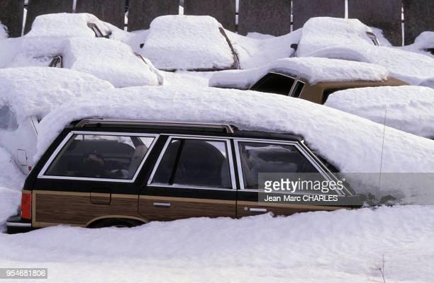 Voitures sous la neige dans une casse au Québec en janvier 1990 Canada