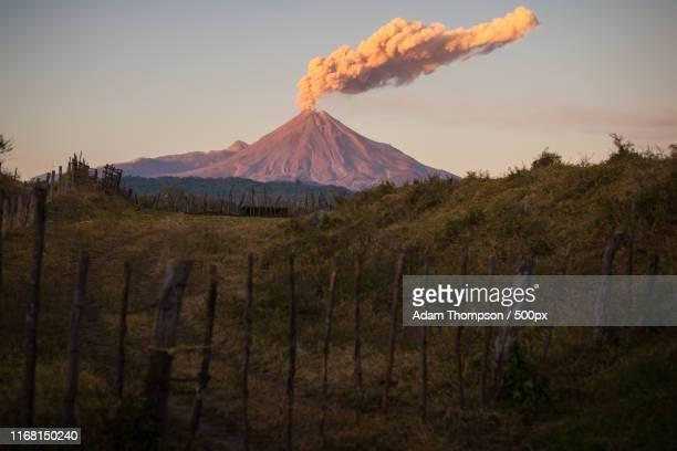 volcan de colima - jalisco fotografías e imágenes de stock
