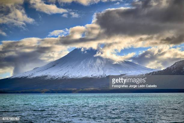 volcan osorno view from the catamaran during the winter andean lake crossing - azul turquesa stockfoto's en -beelden