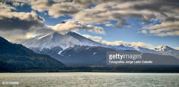 volcan puntiagudo view from the catamaran during the winter andean lake crossing - azul turquesa stockfoto's en -beelden