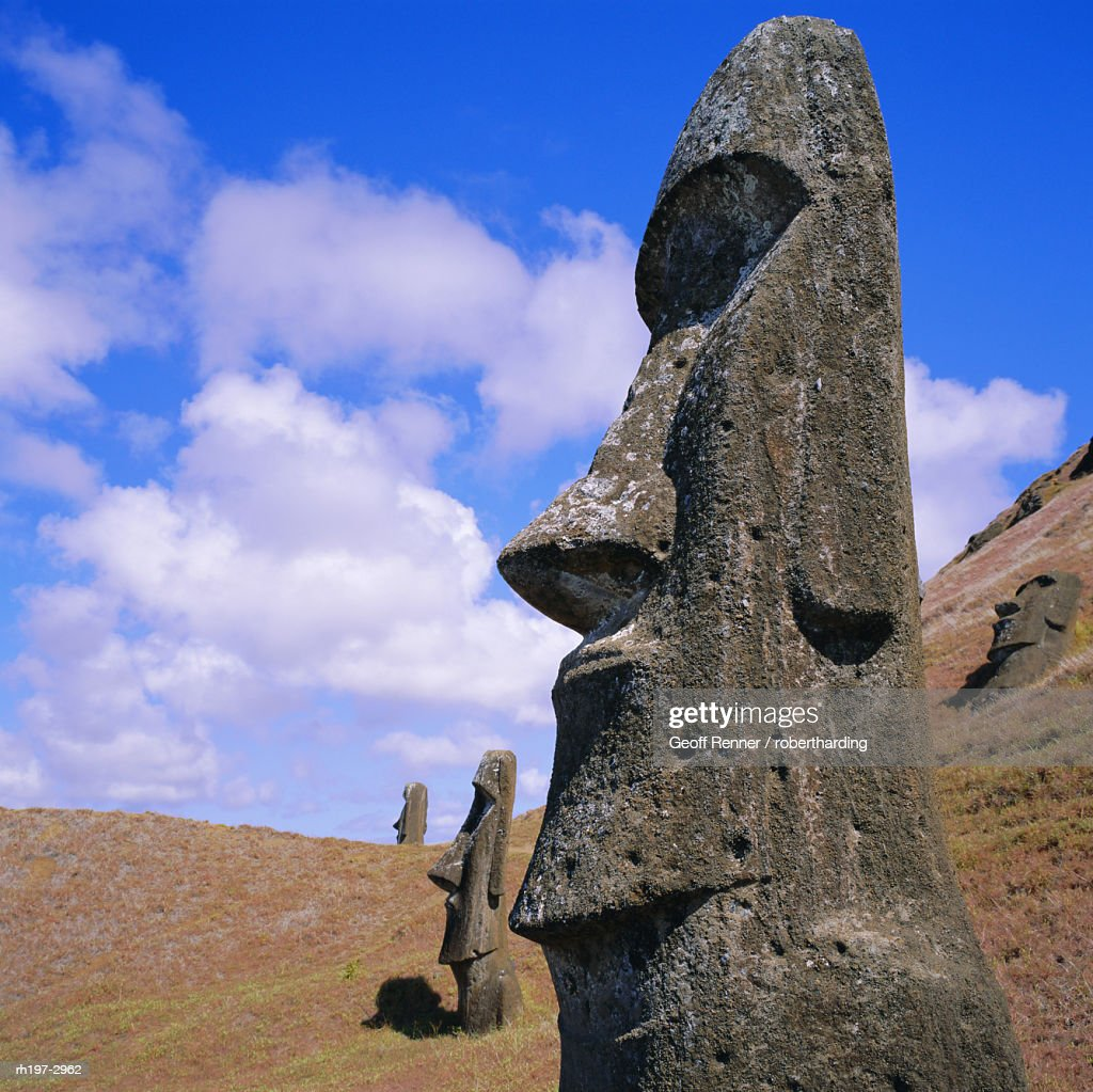Volcan Rano Raraku, southern slope, birthplace of countless moai, Easter Island, Chile : Foto de stock