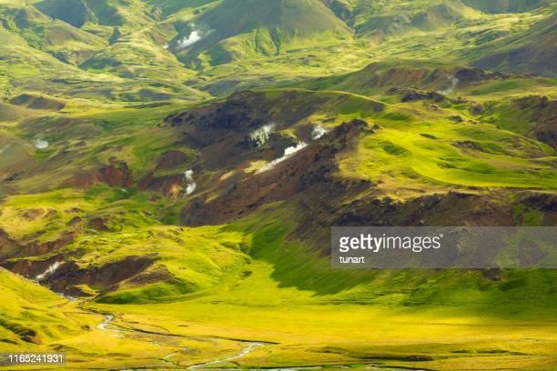 vulkanische und geotherm landschaft mit fumaroles und einem bach in island - tundra stock-fotos und bilder