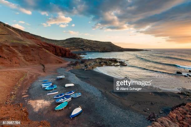 volcanic beach in el golfo lanzarote - isla de lanzarote fotografías e imágenes de stock