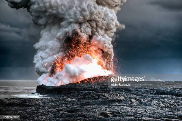 a volcanic eruption in hawaii. - vulkan stock-fotos und bilder