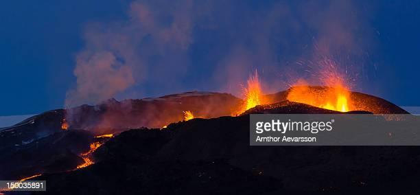 volcanic eruption in iceland - fimmvorduhals volcano stockfoto's en -beelden