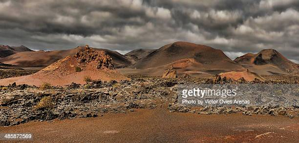 volcanic landscape and stormy clouds - victor ovies fotografías e imágenes de stock