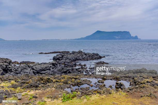 volcanic rock beach at jeju island - sungjin kim stock pictures, royalty-free photos & images
