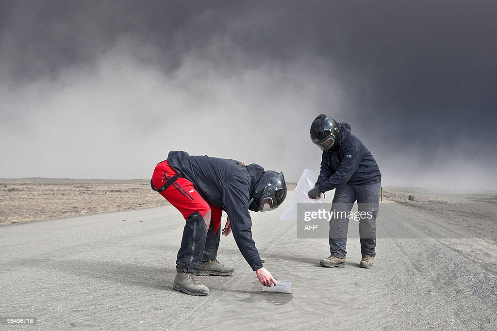 Volcanic scientists collect samples of a : News Photo