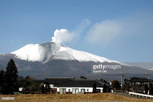 volcanic smoke from mt asama is seen on february 2 2009 in karuizawa picture id84583167?s=612x612 - 5 Gunung Berapi Vulkanik di Jepang yang Menakjubkan