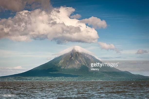 volcán concepción isla ometepe nicaragua - nicaragua fotografías e imágenes de stock