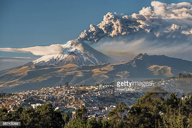 volcano cotopaxi in eruption - vulkan stock-fotos und bilder