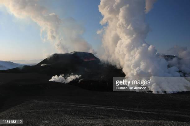 volcano eruption at fimmvorduhals 2010 - fimmvorduhals volcano stockfoto's en -beelden