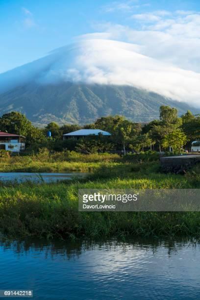 vulcão em nuvens na ilha ometepe, no lago nicarágua, na nicarágua - nicarágua - fotografias e filmes do acervo