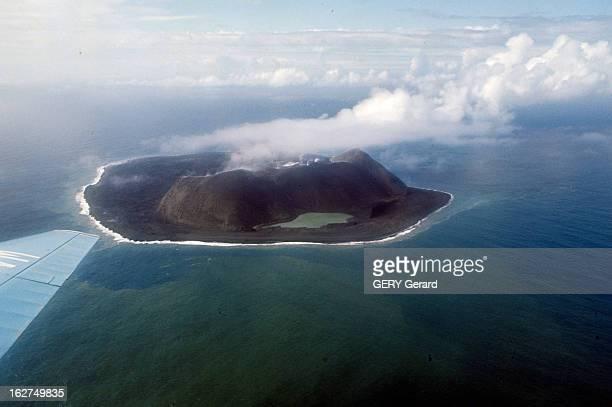 Volcano In Iceland Islande1965 Une de ses îles volcaniques le Surtsey crachant de la vapeur du centre de son cratère plan aérien vu d'avion