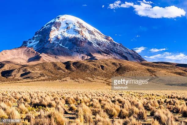 vulkan nevado sajama auf bolivianische altiplano - bolivien stock-fotos und bilder