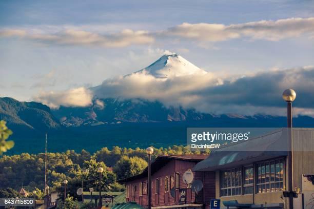 volcano villarrica, pucon, chile. - pucon fotografías e imágenes de stock