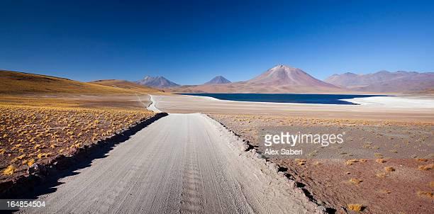 volcanoes and lakes in the atacama desert. - alex saberi - fotografias e filmes do acervo