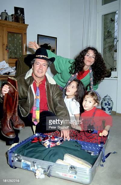 Volker Brandt Ehefrau Donna Töchter Hannah Lisa Homestory in Berlin Deutschland Europa Schauspieler Souvenir Koffer Hut