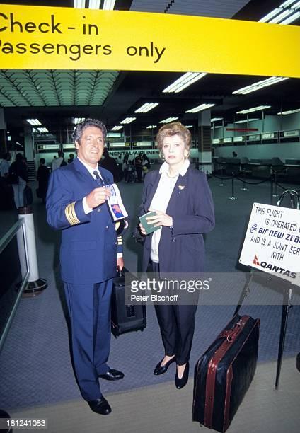 Volker Brandt Lisa Kreuzer PRO 7 Serie Glueckliche Reise Folge 10 Neuseeland Auckland/Neuseeland im Flughafengebaeude Ticket Reisepass Tasche Koffer...