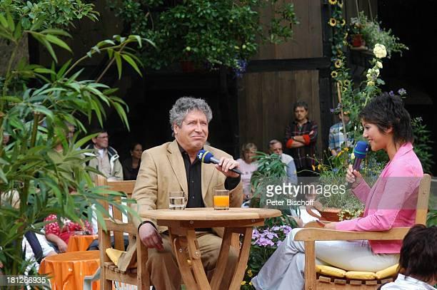 """Volker Brandt, Moderatorin Madeleine Wehle, ARD-NDR-Show """"Die Aktuelle Schaubude"""", Am Heimatmuseum, Rotenburg , ,"""