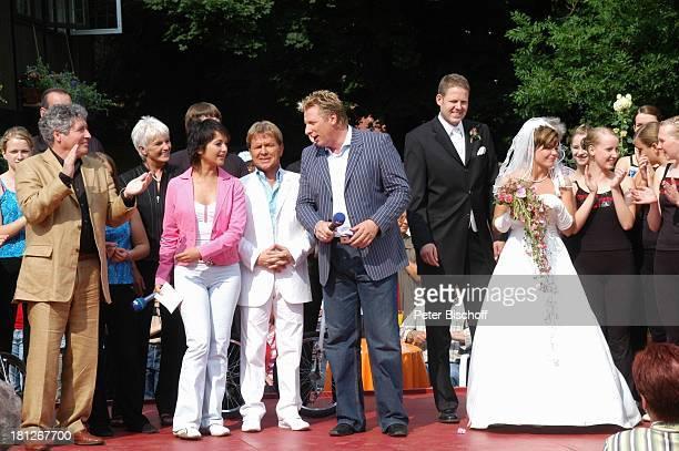 Volker Brandt, Moderatorin Madeleine Wehle, G.G. Anderson, Moderator Ludger Abeln, Brautpaar Thomas Schreiber-Tappe und Ehefrau Yvonne , ARD-NDR-Show...