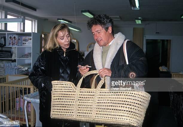 Volker Brandt Monika Peitsch neben den Dreharbeiten zur PRO 7 Serie Glueckliche Reise Folge 21 Groenland Insel Uummannaq Arktis Europa Souvenir...