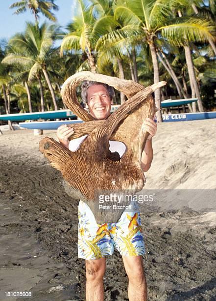 """Volker Brandt, neben den Dreharbeiten zur PRO 7 - Serie """"Glückliche Reise"""", Folge 11, """"Fidschi"""", , Fidschi-Inseln/Südsee, Palmen, Natur-Souvenir,..."""