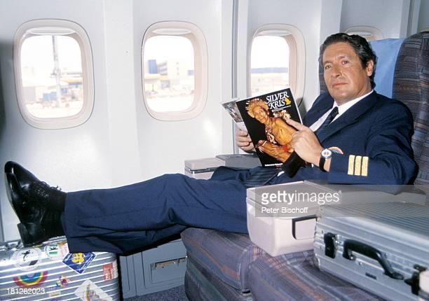 Volker Brandt neben den Dreharbeiten zur PRO 7 Serie Glückliche Reise Folge 1 Brasilien Rio de Janeiro/Brasilien/SüdAmerika Flugzeug Kabine...