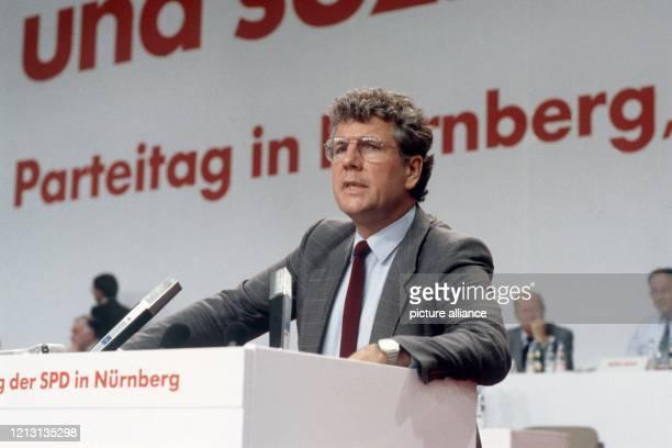 Volker Hauff erläutert auf dem SPD-Parteitag am 27.8.1986 in Nürnberg den Bericht der von ihm geleiteten Kommission zum Ausstieg aus der Atomenergie....