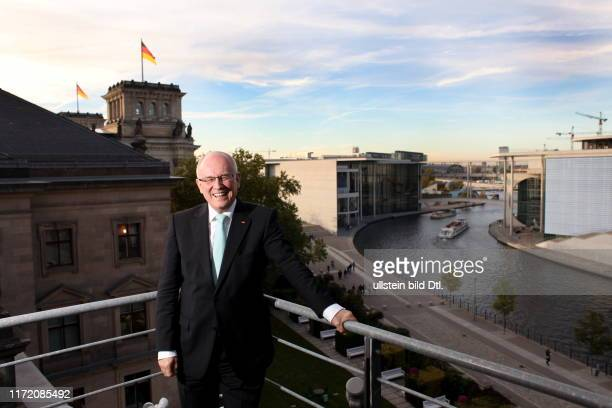 Volker Kauder deutscher Politiker CDU Vorsitzender der CDU/CSUBundestagsfraktion aufgenommen in seinem Büro im Deutschen Bundestag bzw auf dem Balkon