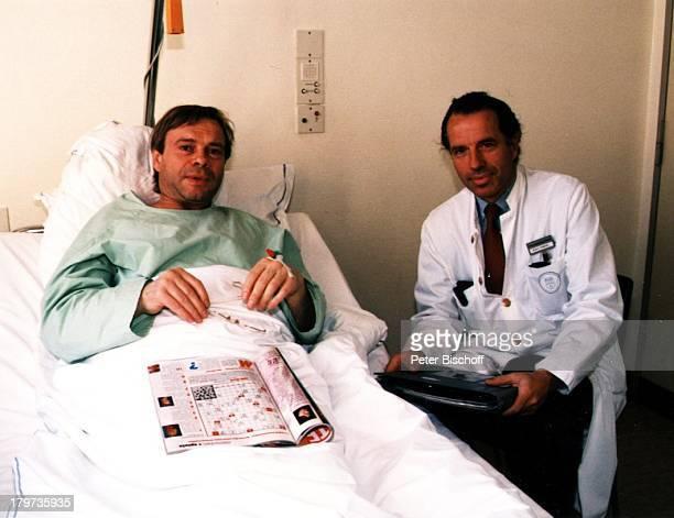 Volker Lechtenbrink mit Professor Zornig, Krankenhaus, Leistenbruch-Operation, Unfall, Krankheit, Sänger, Promis, Prominenter, Prominente,