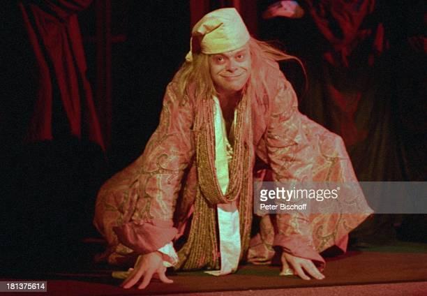 Volker Lechtenbrink Premiere Theaterstück Komödie Der eingebildete Kranke von Molire Hamburg Deutschland Europa Bühne Auftritt Kostüm Maske Grimasse...