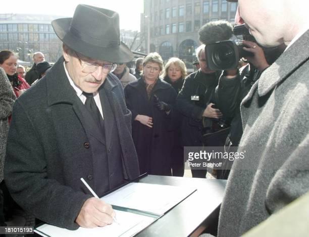 Volker Schlöndorff beim Eintrag ins Kondolenzbuch Trauerfeier für Horst Buchholz Trauergottesdienst KaiserWilhelmGedächtnisKirche Berlin Deutschland...