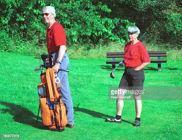 Volkert Kraeft Ehefrau Edeltraut Golfplatz Golf Golfset Tasche Golftasche Golftasche Bank Sonnenbrille Kappe Schläger Frau Mann Ehemann Ehepaar 439/01