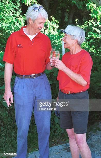 Volkert Kraeft Ehefrau Edeltraut Golfplatz Sekt Sektglas Glas trinken anstossen prosten umarmen Sonnenbrille Kappe Frau Mann Ehemann Ehepaar 439/01