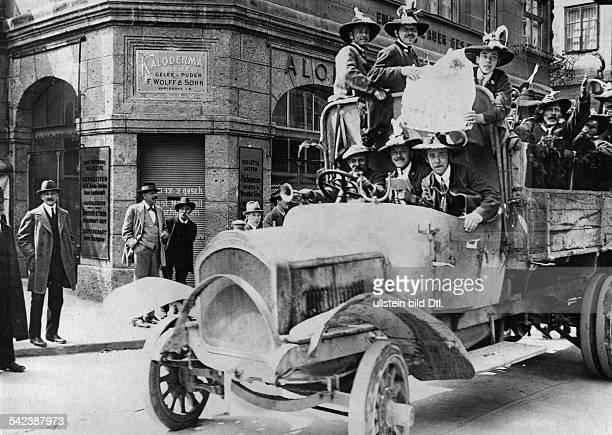 Volksabstimmung in TirolTiroler Bauern am Tage der Stimmabgabeauf einem Lastwagen in den Strassen vonInnsbruck Mai 1921