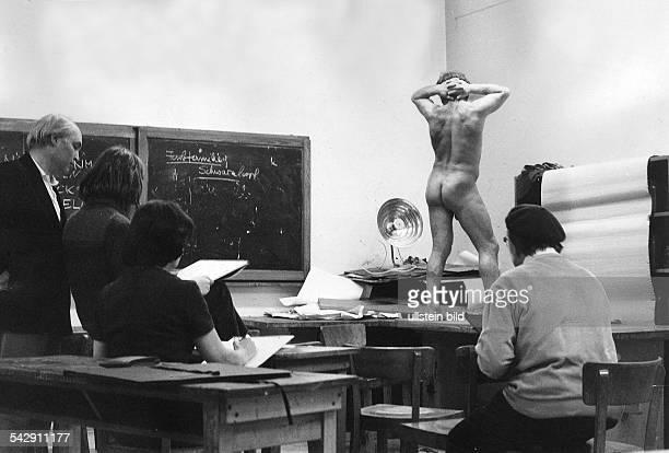 Volkshochschulkurs Aktzeichnen in der Volkshochschule in Berlin Tempelhof 1973