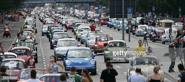 """Volkswagen Beetle drivers try to break the record of 3,000 Beetles together in one lane on Berlin's famous street """"Strasse des 17.Juni"""" July 30, 2005..."""
