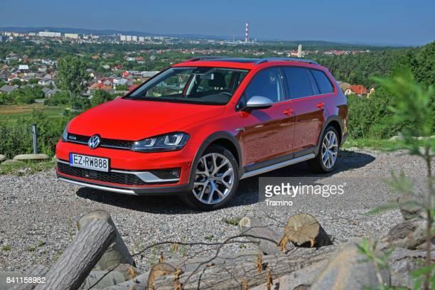 volkswagen golf alltrack on the road - golf imagens e fotografias de stock