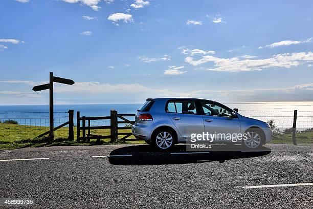 volkswagen golf carro na estrada do país, inglaterra, reino unido - golf imagens e fotografias de stock