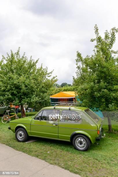 volkswagen golf eu marcar carro hatchback com uma caravana - volkswagen - fotografias e filmes do acervo