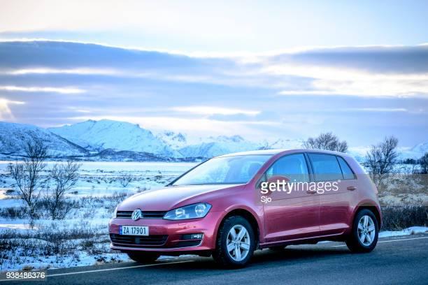 volkswagen golf mk7 hatchback car in a winter landscape - golf imagens e fotografias de stock