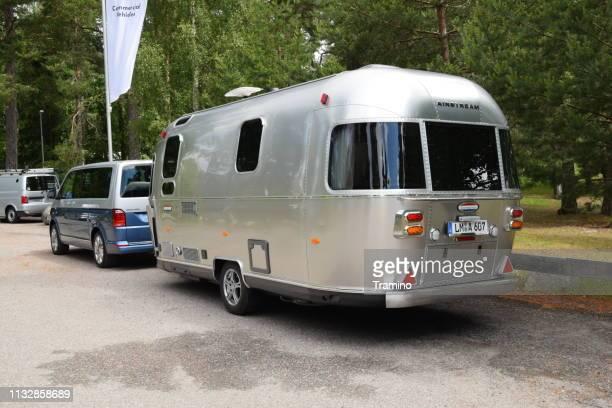 Volkswagen Multivan mit klassischem Wohnmobil-Anhänger
